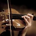 Mãos tocando um violino