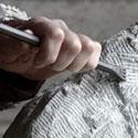 Mãos esculpindo uma pedra